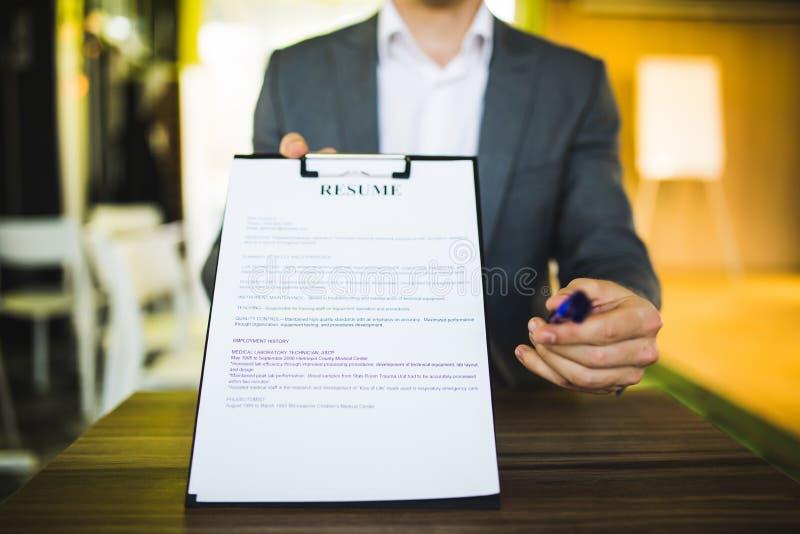 Η νέα υποβολή επιχειρηματιών επαναλαμβάνει στον εργοδότη στην αναθεώρηση στοκ φωτογραφία με δικαίωμα ελεύθερης χρήσης