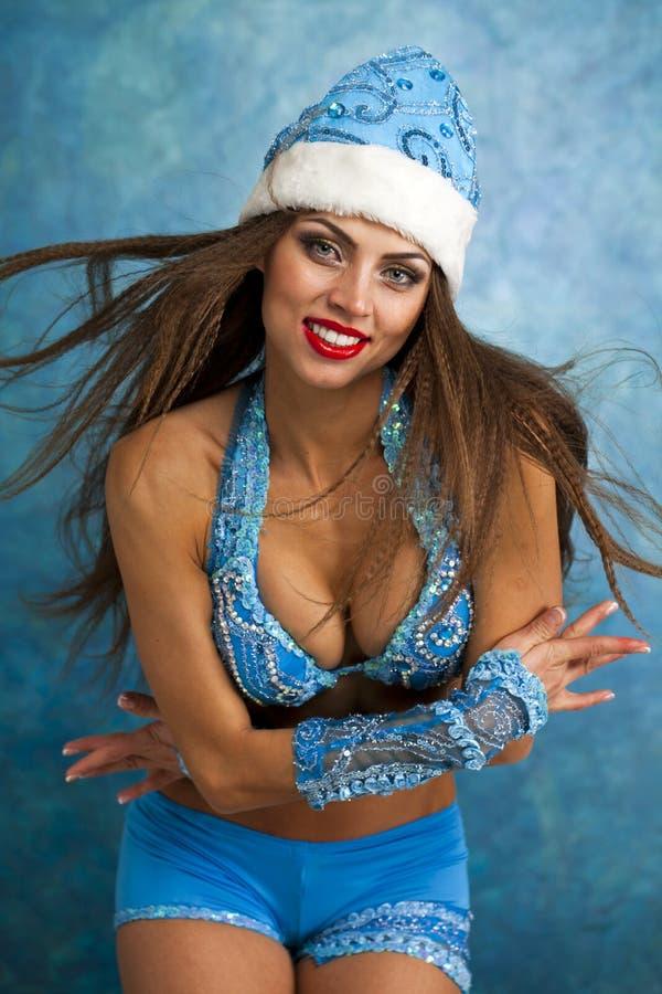 Η νέα όμορφη γυναίκα έντυσε ως ρωσικό κορίτσι χιονιού στοκ φωτογραφίες με δικαίωμα ελεύθερης χρήσης