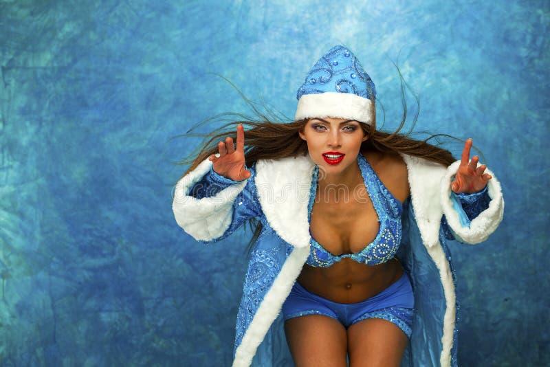 Η νέα όμορφη γυναίκα έντυσε ως ρωσικό κορίτσι χιονιού στοκ φωτογραφία