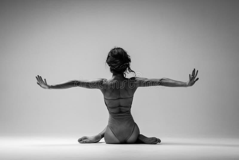 Η νέα όμορφη γυναίκα γιόγκας θέτει στο στούντιο μαύρο λευκό στοκ φωτογραφία με δικαίωμα ελεύθερης χρήσης