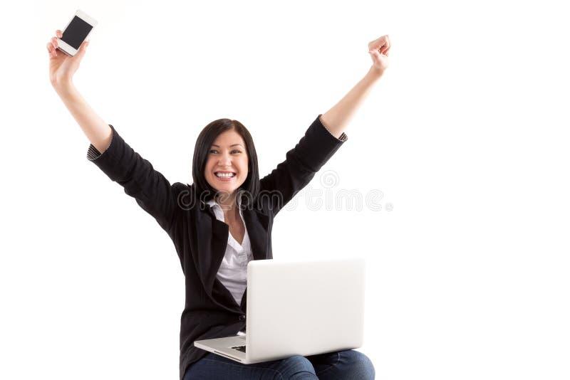 Η νέα όμορφη γυναίκα που έχει on-line να ψωνίσει, όπλα στοκ εικόνες