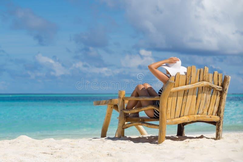 Η νέα όμορφη γυναίκα που απολαμβάνει τις θερινές διακοπές, παραλία χαλαρώνει, αθροίζει στοκ εικόνες