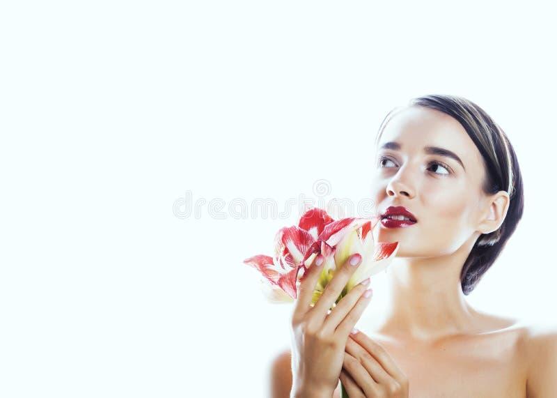 Η νέα όμορφη γυναίκα brunette με τα κόκκινα amaryllis λουλουδιών κλείνει επάνω το ι στοκ εικόνες με δικαίωμα ελεύθερης χρήσης