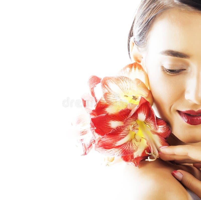 Η νέα όμορφη γυναίκα brunette με τα κόκκινα amaryllis λουλουδιών κλείνει επάνω το ι στοκ φωτογραφία με δικαίωμα ελεύθερης χρήσης