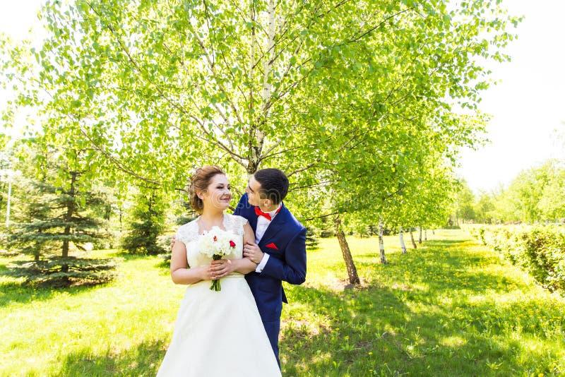 Η νέα όμορφη νύφη περιμένει γιατί ο νεόνυμφος σταθμεύει την άνοιξη στοκ φωτογραφία με δικαίωμα ελεύθερης χρήσης
