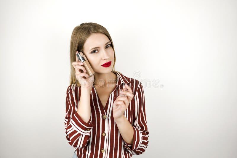 Η νέα όμορφη πανέμορφη ξανθή γυναίκα που φορά την καθιερώνουσα τη μόδα ριγωτή κρέμα ιδρύματος εκμετάλλευσης πουκάμισων απομόνωσε  στοκ εικόνες με δικαίωμα ελεύθερης χρήσης
