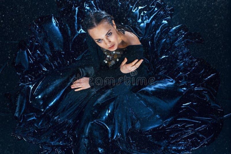 Η νέα όμορφη σύγχρονη τοποθέτηση χορευτών κάτω από το νερό μειώνεται στοκ εικόνες