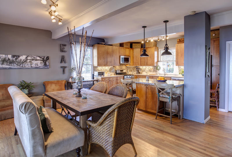 Η νέες κουζίνα και η τραπεζαρία αναδιαμορφώνουν στοκ εικόνα με δικαίωμα ελεύθερης χρήσης