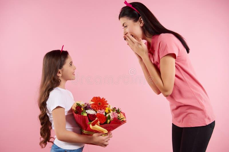 Η Νίκαια λίγη κόρη δίνει τα λουλούδια σε όμορφο στοκ εικόνα