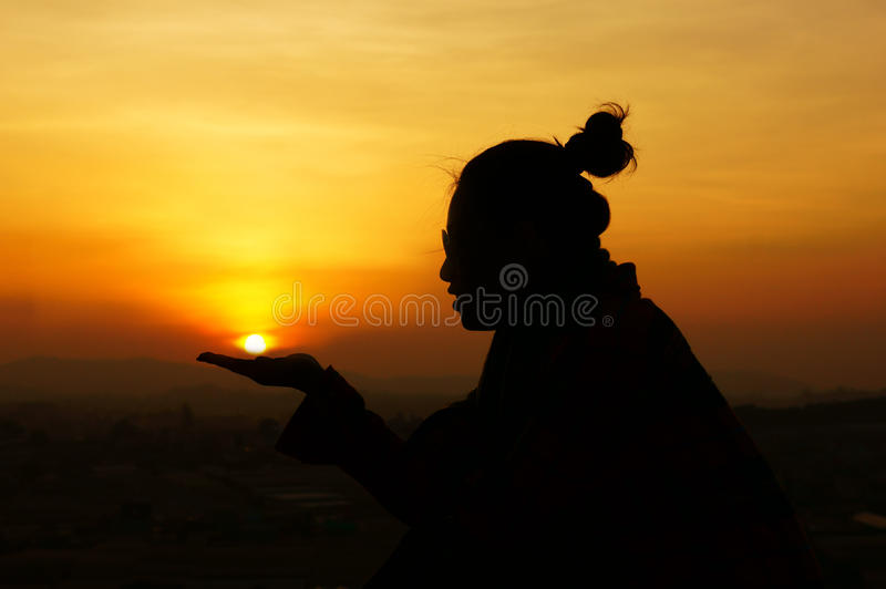 Η νεολαία δίνει τα χέρια για να σώσει τον ήλιο (εκτός από τον πλανήτη) στοκ φωτογραφίες με δικαίωμα ελεύθερης χρήσης