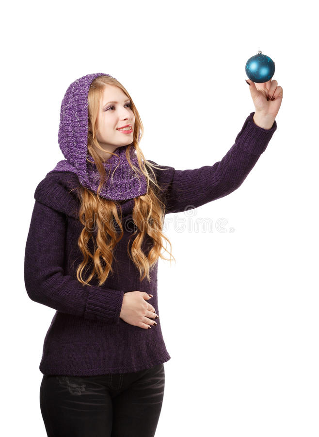 Η νεολαία που χαμογελά την όμορφη γυναίκα στο πουλόβερ και το πορφυρό μαντίλι κοιτάζει στοκ εικόνες