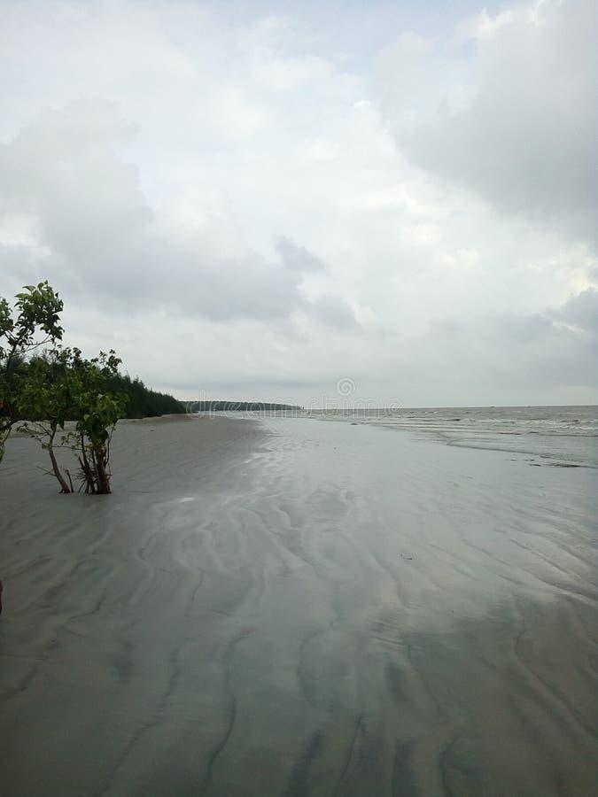 Η νεφελώδης παραλία θάλασσας στοκ φωτογραφία με δικαίωμα ελεύθερης χρήσης