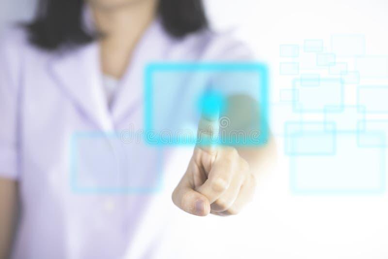 Η νοσοκόμα που πιέζει τα σύγχρονα κουμπιά παρουσιάζει τεχνολογία ιατρικού στοκ εικόνα