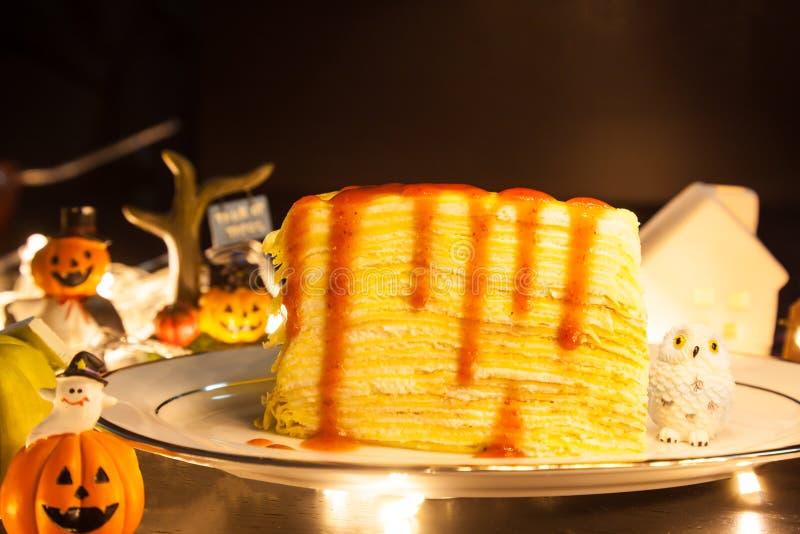 Η νόστιμη σπιτική γλυκιά φράουλα επιδορπίων τροφίμων Crepe το κέικ διακοσμώντας με το εορταστικό υπόβαθρο θέματος αποκριών Τα γλυ στοκ φωτογραφίες με δικαίωμα ελεύθερης χρήσης