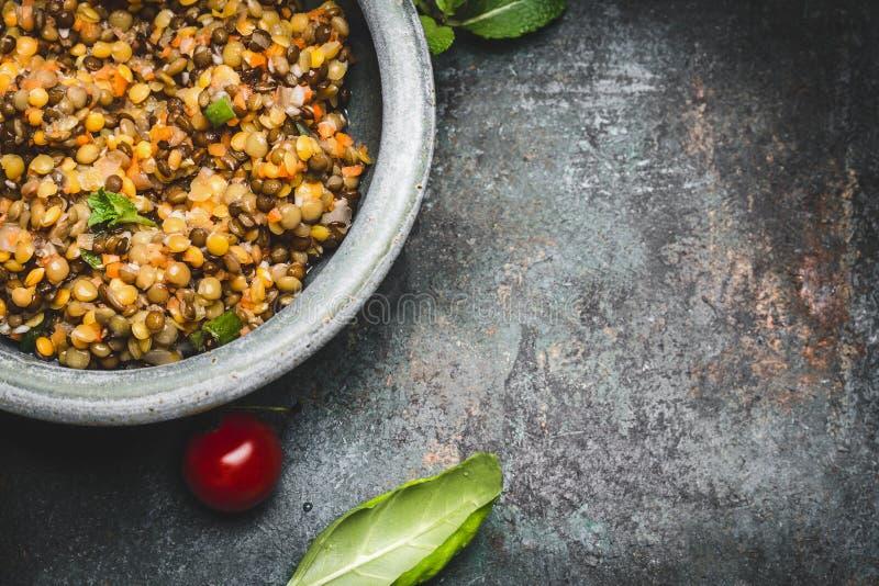 Η νόστιμη χορτοφάγος κόκκινη σαλάτα φακών στο κύπελλο στο αγροτικό υπόβαθρο, τοπ άποψη, κλείνει επάνω, σύνορα κατανάλωση υγιής στοκ φωτογραφίες με δικαίωμα ελεύθερης χρήσης