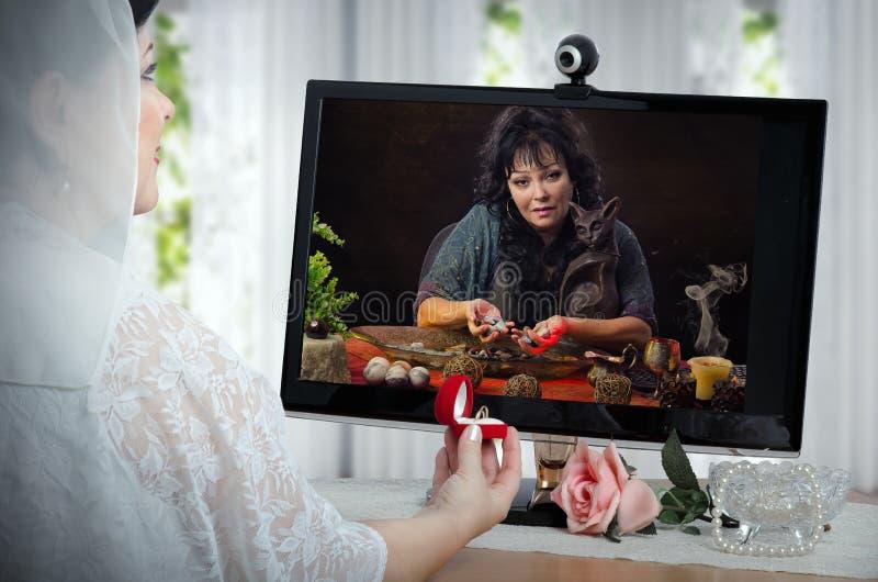 Η νύφη επικοινωνεί με fortuneteller σε απευθείας σύνδεση πριν από την τελετή στοκ εικόνες