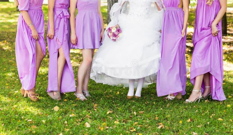 Η νύφη και οι παράνυμφοι επιδεικνύουν τα παπούτσια τους στο γάμο στοκ εικόνες