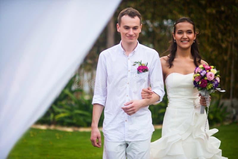Η νύφη και ο νεόνυμφος πηγαίνουν χέρι-χέρι για την εγγραφή γάμου στοκ εικόνα με δικαίωμα ελεύθερης χρήσης