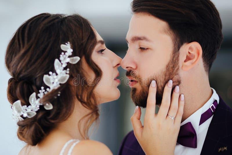 Η νύφη και ο νεόνυμφος που αγκαλιάζουν και που φιλούν Newlyweds στοκ φωτογραφίες με δικαίωμα ελεύθερης χρήσης