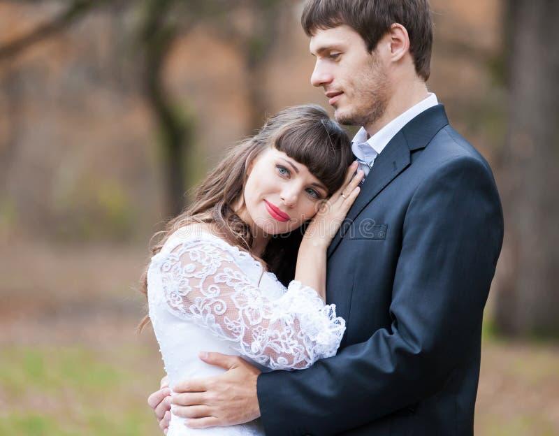 Η νύφη και ο νεόνυμφος Brunette, κλείνουν επάνω στοκ εικόνες