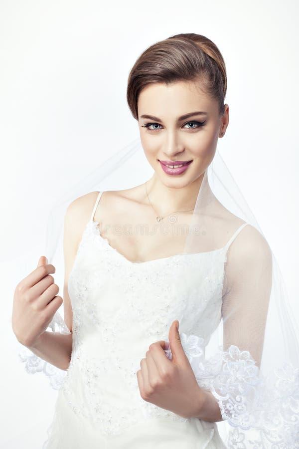 Η νύφη κοριτσιών με ένα μοντέρνο hairstyle στοκ εικόνες