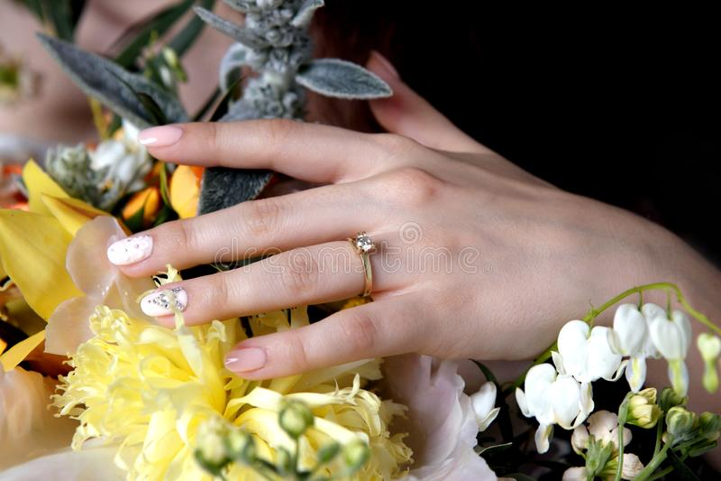 Η νύφη κρατά ένα μπουκέτο γάμου στοκ φωτογραφία