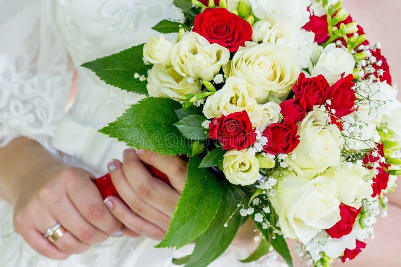 Η νύφη κρατά μια κομψή γαμήλια ανθοδέσμη στο hands_ της στοκ εικόνες με δικαίωμα ελεύθερης χρήσης