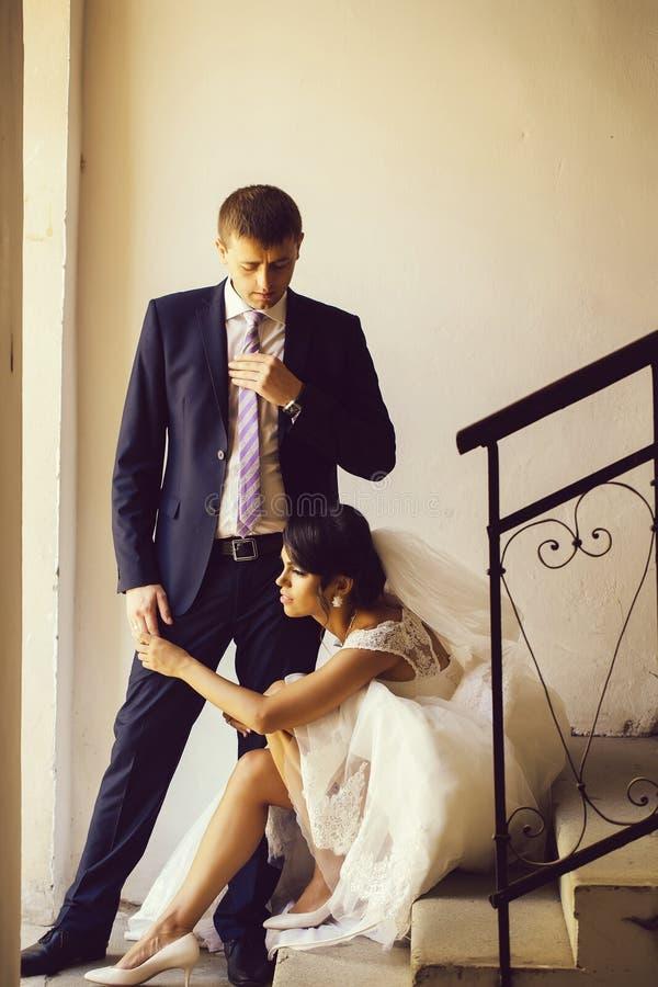 Η νύφη κρατά το χέρι του νεόνυμφου στοκ φωτογραφίες