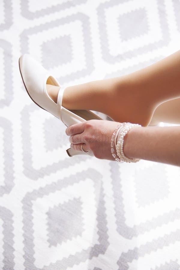 Η νύφη ντύνει τα παπούτσια στοκ φωτογραφία με δικαίωμα ελεύθερης χρήσης