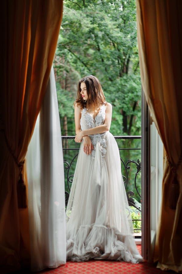 Η νύφη στέκεται κοντά στο παράθυρο στοκ φωτογραφίες με δικαίωμα ελεύθερης χρήσης