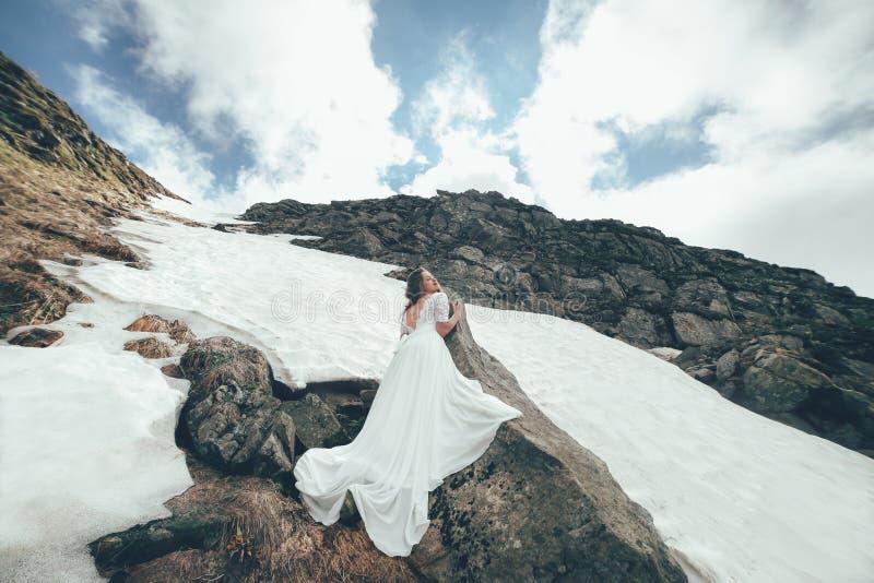 Η νύφη στα βουνά γάμος στοκ φωτογραφία με δικαίωμα ελεύθερης χρήσης