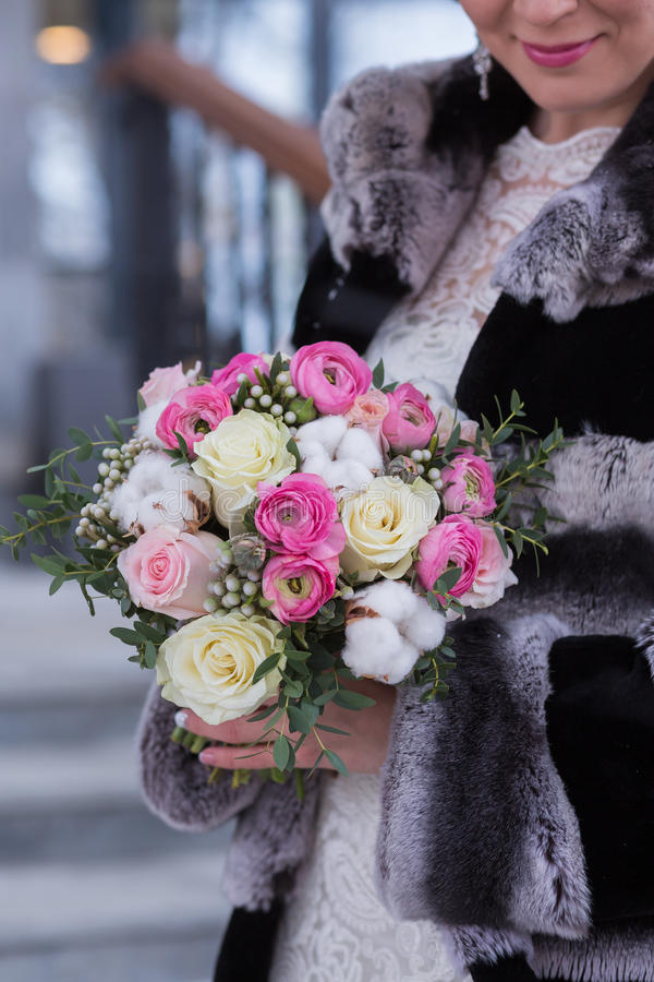 Download Η νύφη στα όμορφα χειμερινά γάντια κρατά μια ανθοδέσμη χειμερινού γάμου Στοκ Εικόνες - εικόνα από μοιχαλίδα, κλείστε: 62716944
