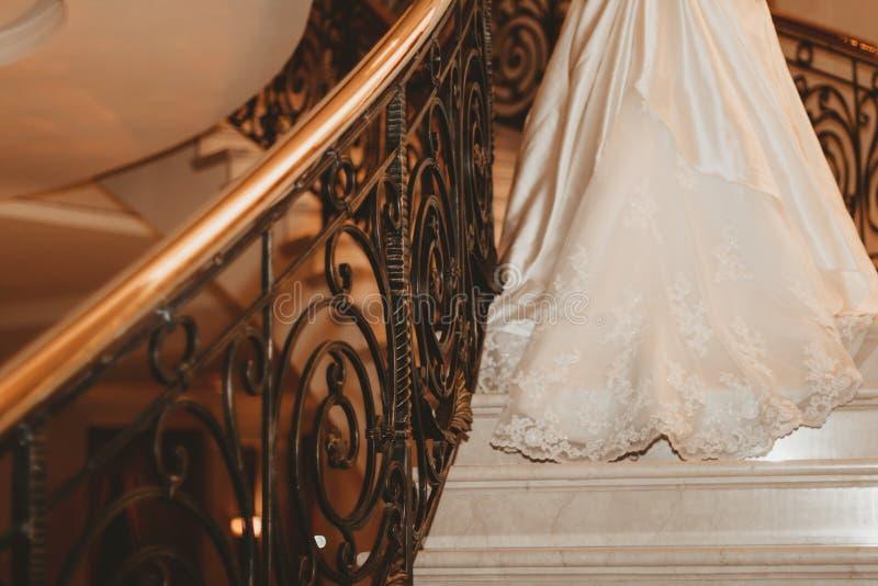 Η νύφη στο άσπρο φόρεμα περπατά επάνω τα μαρμάρινα σκαλοπάτια στοκ εικόνες με δικαίωμα ελεύθερης χρήσης