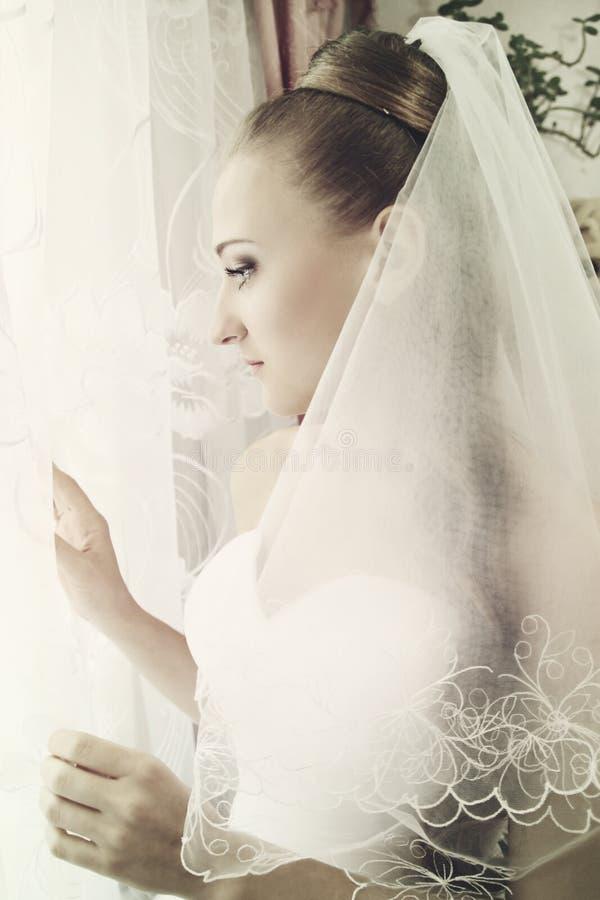 Η νύφη φαίνεται έξω παράθυρο στοκ φωτογραφίες με δικαίωμα ελεύθερης χρήσης
