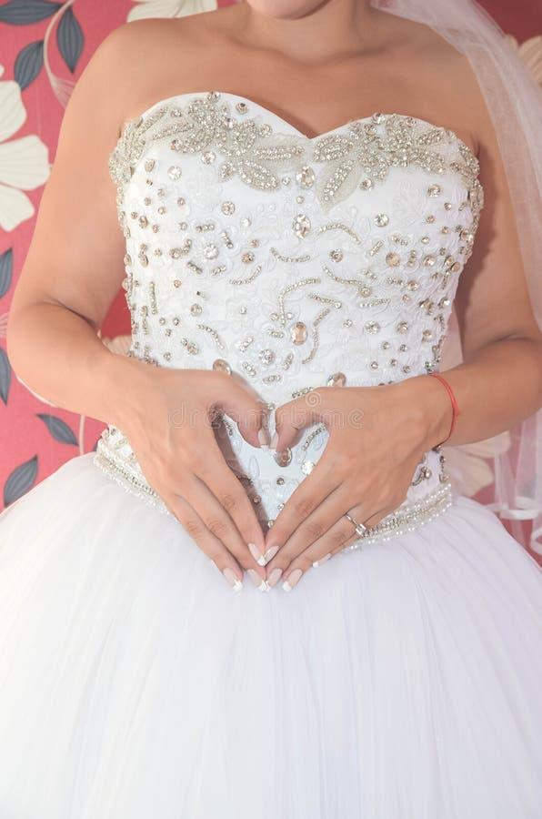 Η νύφη ` s παραδίδει τη μορφή της καρδιάς κλείστε επάνω στοκ φωτογραφία