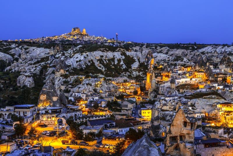 Η νύχτα Goreme, αρχαία πόλη και φρούριο Uchisar στον ορίζοντα Τοπίο Cappadocia στοκ φωτογραφία
