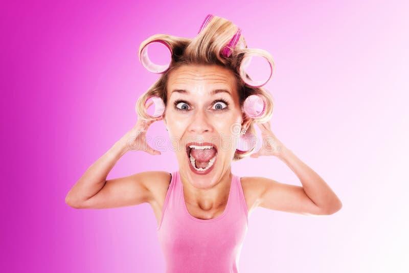 Η ξανθή γυναίκα με το κεφάλι ζωύφιου στα ρόλερ κραυγάζει διανυσματική απεικόνιση