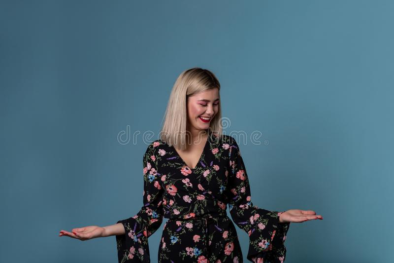 Η ξανθή νέα γυναίκα ντύνει την άνοιξη την παρουσίαση ανοικτού φοίνικα με το διάστημα αντιγράφων για το prodact στοκ φωτογραφία με δικαίωμα ελεύθερης χρήσης