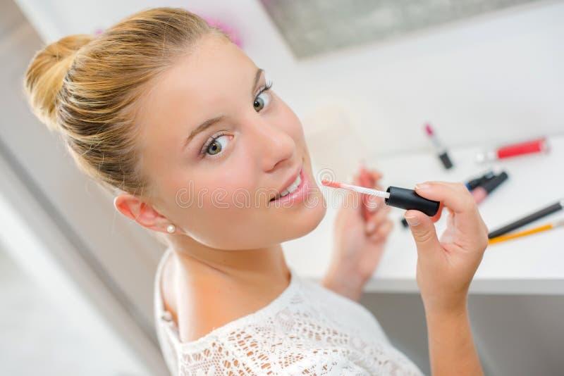 Η ξανθή τοποθέτηση γυναικών στο χείλι σχολιάζει στοκ φωτογραφίες με δικαίωμα ελεύθερης χρήσης