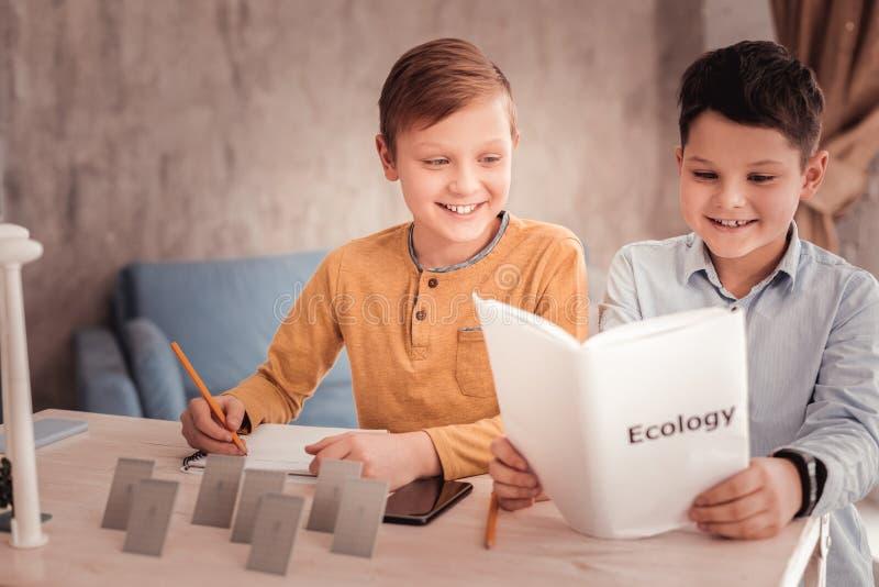 Η ξανθός-μαλλιαρή παραγωγή μαθητών σημειώνει μελετώντας την οικολογία στοκ φωτογραφία με δικαίωμα ελεύθερης χρήσης