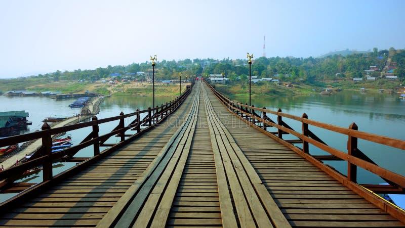 Η ξύλινη γέφυρα πέρα από τον ποταμό Karia τραγουδιού στοκ φωτογραφία με δικαίωμα ελεύθερης χρήσης