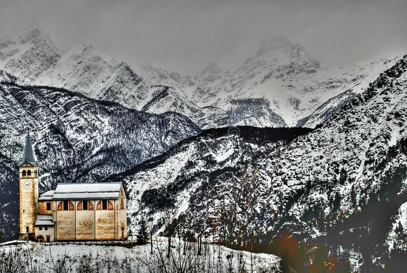 Η ξύλινη εκκλησία Valle Di Cadore, Belluno, Ιταλία, μια κρύα ημέρα Ιανουαρίου απεικόνιση αποθεμάτων