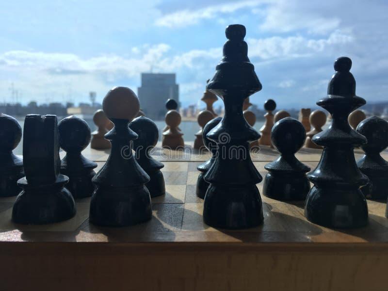 Η ξύλινη σκακιέρα με τους αριθμούς σκακιού, κλείνει επάνω στοκ εικόνα