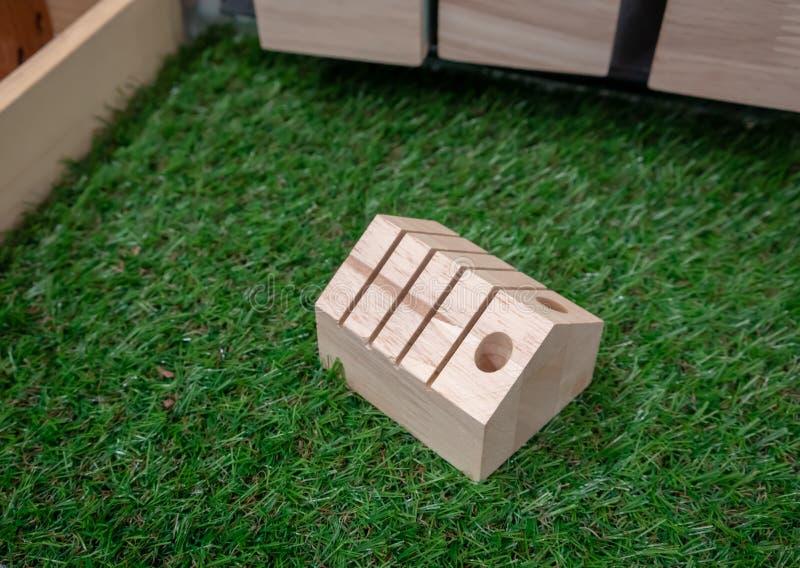 Η ξύλινη στάση μολυβιών διαμορφώνει στο εσωτερικό στοκ φωτογραφία με δικαίωμα ελεύθερης χρήσης