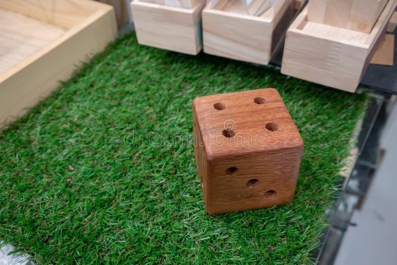 Η ξύλινη στάση μολυβιών χωρίζει σε τετράγωνα μέσα τη μορφή στοκ φωτογραφία με δικαίωμα ελεύθερης χρήσης