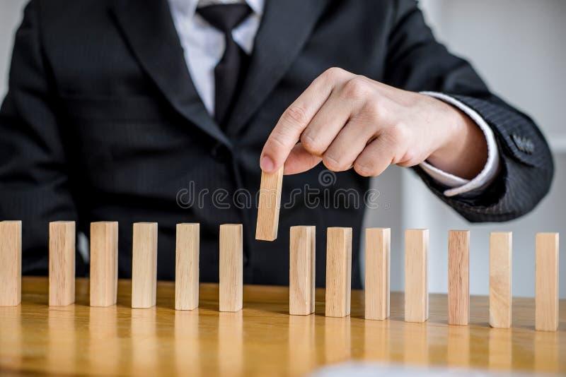 Η ξύλινη στρατηγική, ο κίνδυνος και η στρατηγική παιχνιδιών στην επιχείρηση, κλείνουν επάνω του χεριού επιχειρηματιών παίζοντας τ στοκ φωτογραφία με δικαίωμα ελεύθερης χρήσης