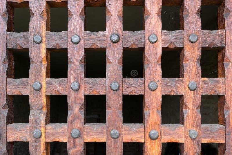 Η ξύλινη σχάρα προστατεύει την είσοδο στο υπόγειο κελάρι στοκ φωτογραφία με δικαίωμα ελεύθερης χρήσης