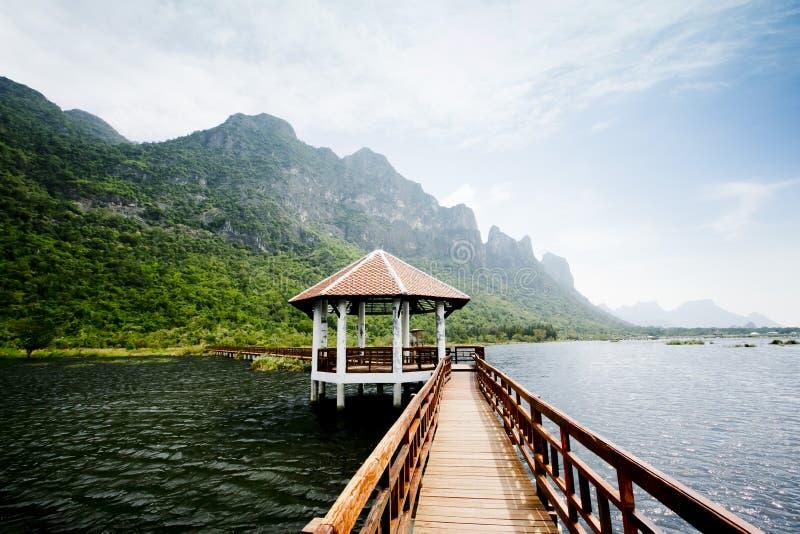 Η ξύλινη γέφυρα στη λίμνη λωτού και το ξύλινο περίπτερο προκυμαιών, στοκ φωτογραφίες με δικαίωμα ελεύθερης χρήσης