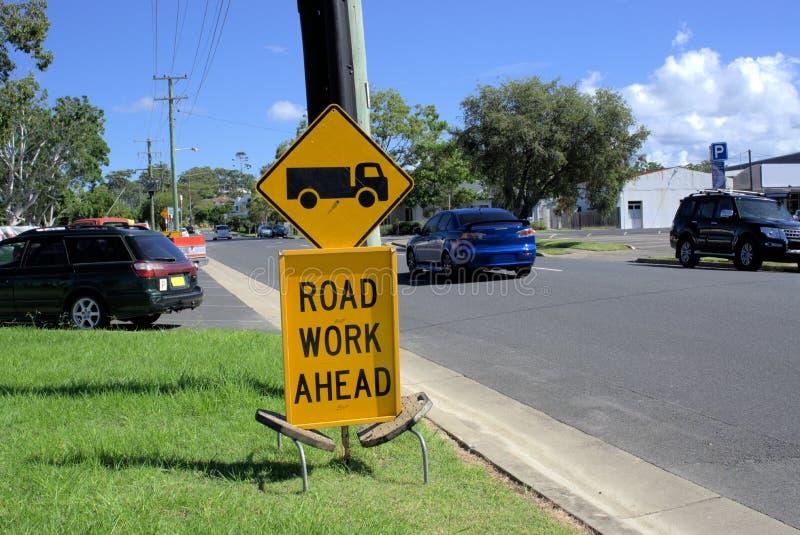 Η οδική εργασία υπογράφει μπροστά τον πίνακα για την οδική ασφάλεια στοκ φωτογραφία με δικαίωμα ελεύθερης χρήσης