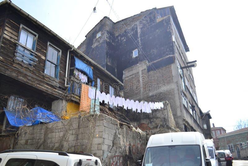 Η οδός στη Ιστανμπούλ με τα παλαιά ημι-ανασταλμένα ξύλινα σπίτια στοκ φωτογραφία με δικαίωμα ελεύθερης χρήσης